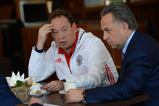 Главный тренер сборной России Леонид Слуцкий и министр спорта РФ Виталий Мутко.