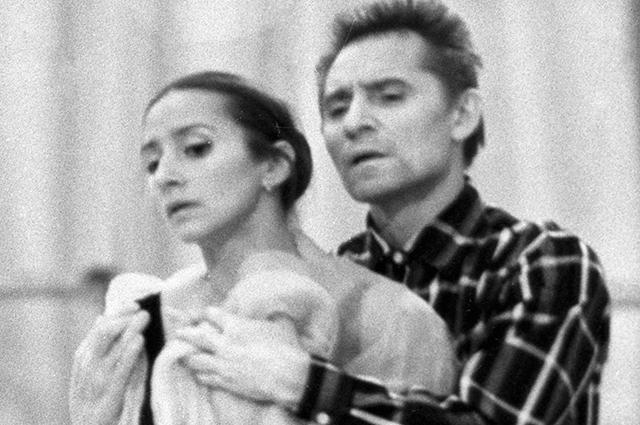 Балетмейстер Юрий Григорович (справа) и балерина Наталья Бессмертнова (слева) во время репетиции. 1977 г.