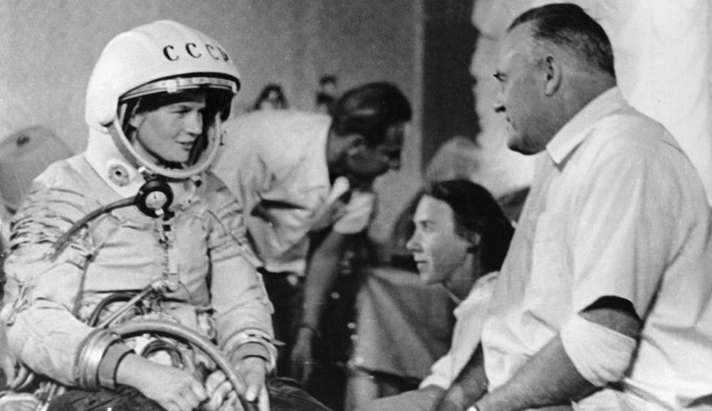Валентина Терешкова перед полётом в космос и Сергей Королёв, 1963 г.