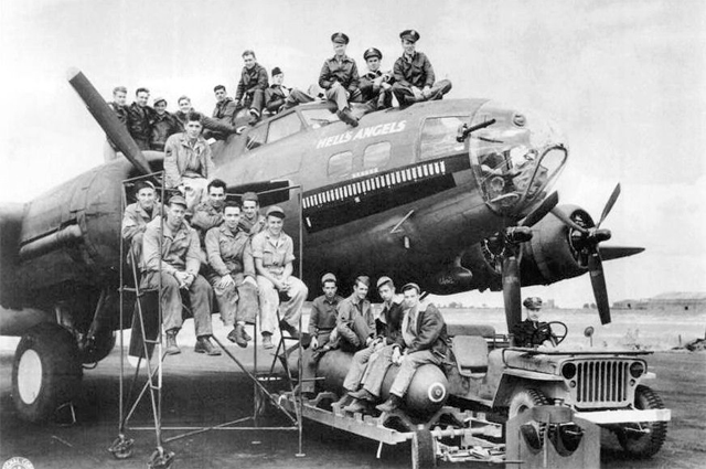 Этот B-17F, номер 41-24577, был назван «Ангелами Ада» после фильма 1930 года Ховарда Хьюза о летчиках первой мировой войны. [11] [12]