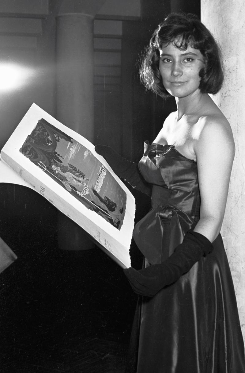 Татьяна Самойлова после награждения специальным дипломом за лучшее исполнение главной роли в фильме «Летят журавли».