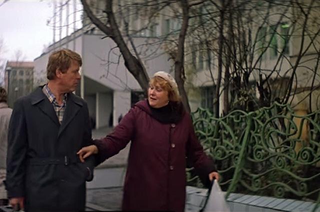 Герои стоят рядом со знаменитой решёткой с рыбками, идущей вдоль Стремянного переулка.