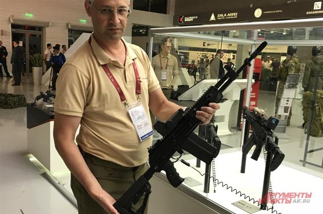 Эксперт концерна «Калашников» Максим Попенкер держит в руках автомат АК-308.