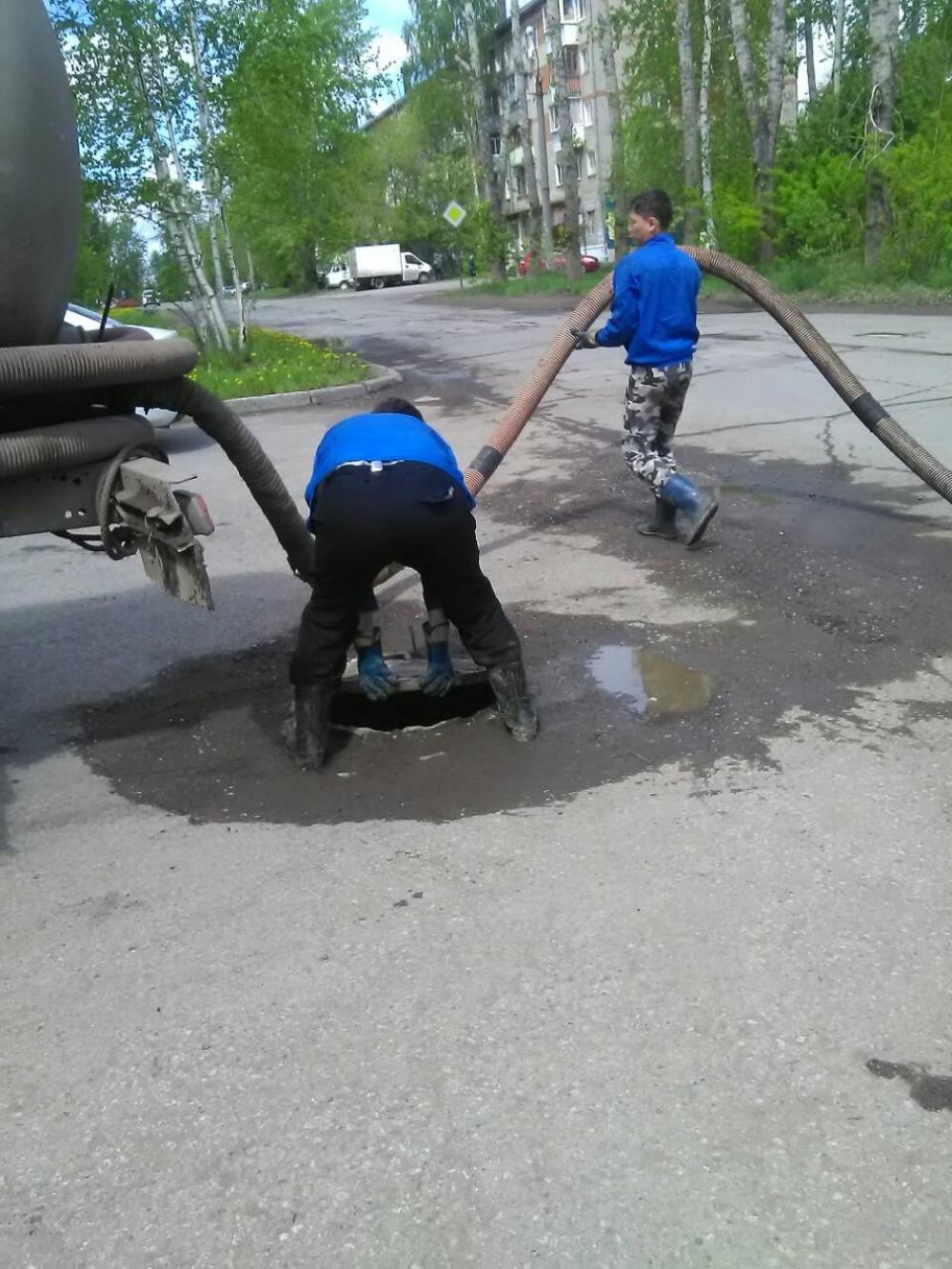 Жители Голованово удавлось сфотографировать процесс слива отходов в колодцы
