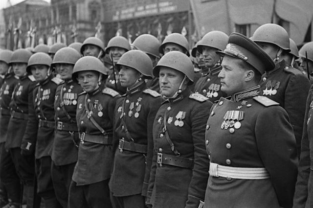 Герой Советского Союза, генерал-лейтенант Николай Петрович Каманин в рядах воинов 2 Украинского фронта на Параде Победы на Красной площади 24 июня 1945 года.