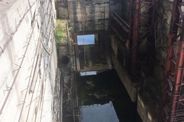 Сейчас плотина недостроенной ГЭС медленно разрушается.