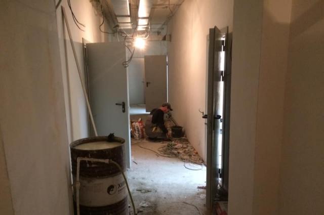 В здании столовой не закончена обшивка стены, которую не учли в проекте.