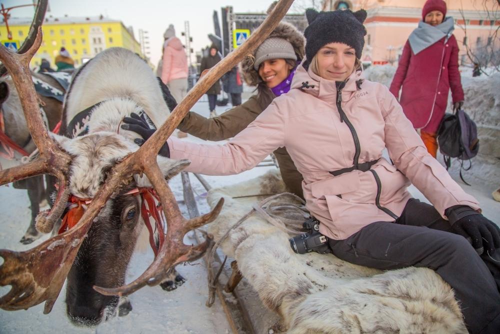 За три дня участники тура познакомились с культурой коренных народов Севера, покатались на оленьих упряжках и попробовали национальную кухню.