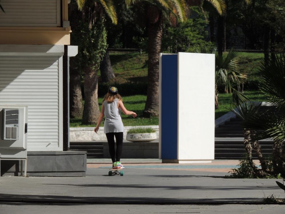 На улицах Сочи очень много молодёжи на роликах и скейтбордах