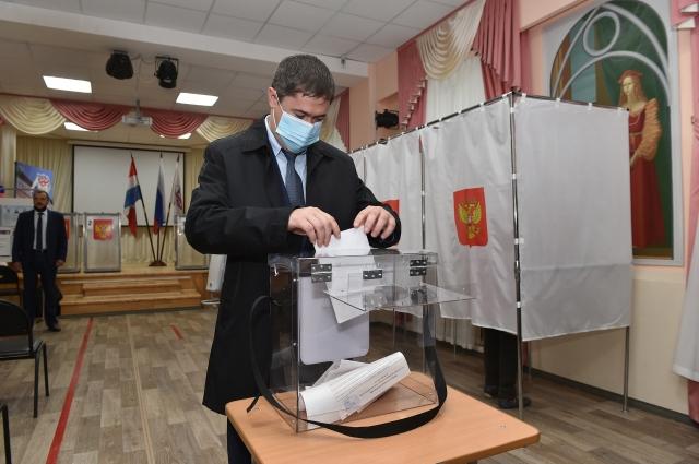 Дмитрий Махонин пришёл на избирательный участок в первый день голосования.