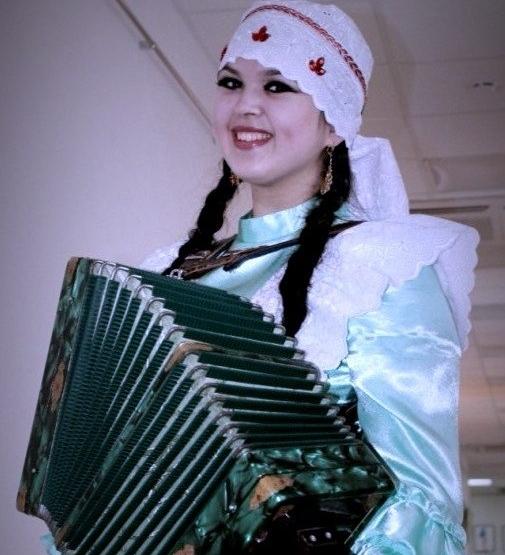 Лилия виртуозно играла на гармони.