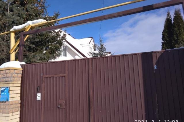 Соседи не знали, что происходит за высоким забором.