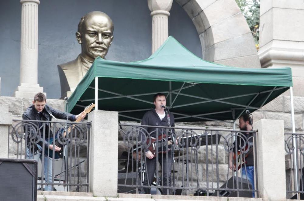 Дедушка Ленин взирал на происходившее, как ему и положено, сурово и немного удивлённо.