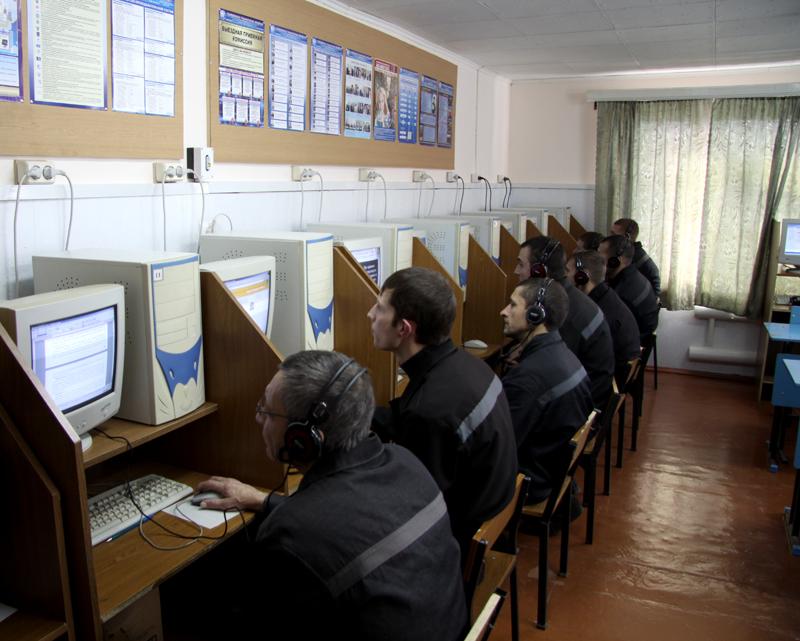 На свободу – со знаниями: заключённые занимаются на компьютере по вузовским программам.