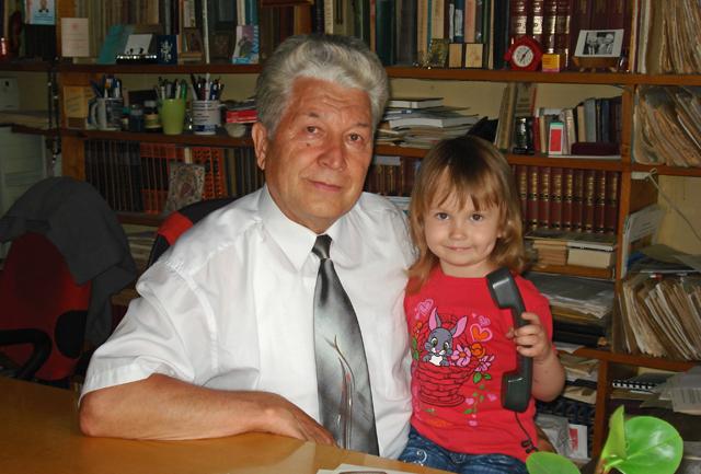 Николай Сорокин с внучкой.