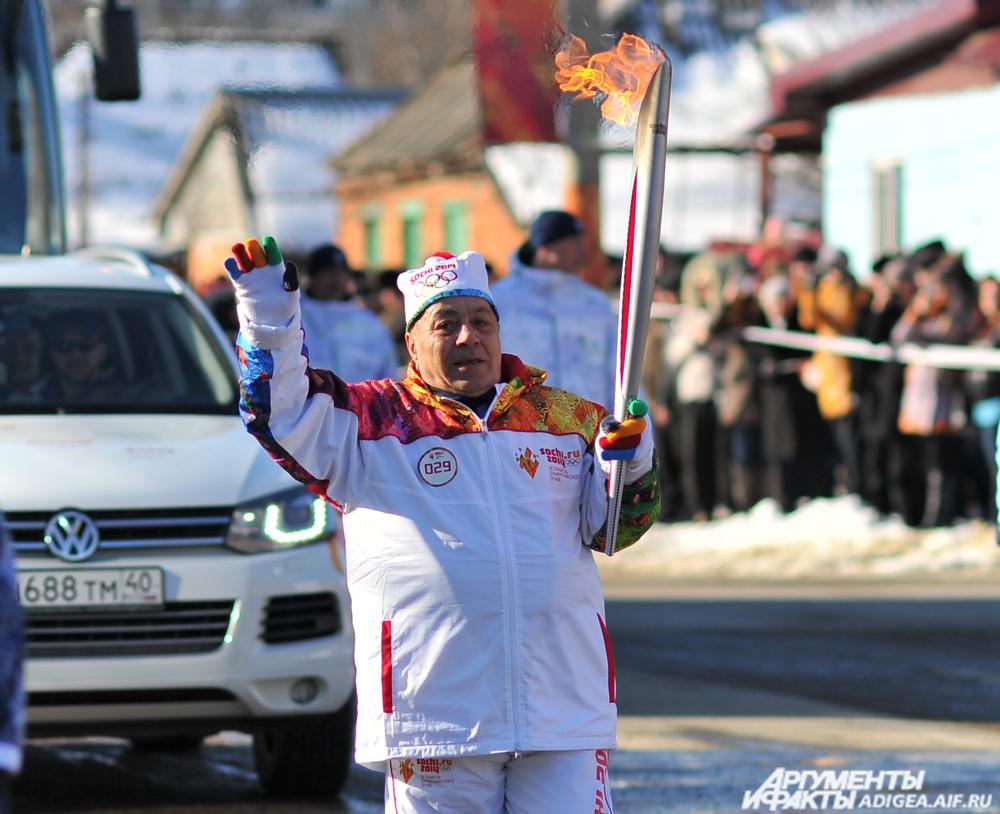 Мухарбий Киржинов с олимпийским огнем в 2014 году.