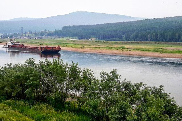 Примерно на такой барже ходил Акулич по реке Лене в свое время.