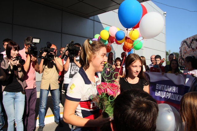 Олимпийцев торжественно встретили в аэропорту.
