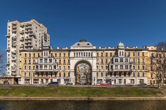 На набережной Черной речки впервые появился Высоцкий-бард.