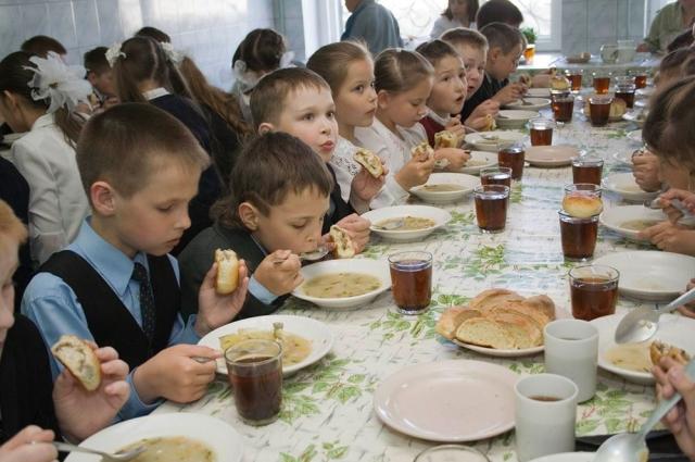 Горячее питание организовано практически во всех школах, но не всегда учеников кормят полезной пищей.