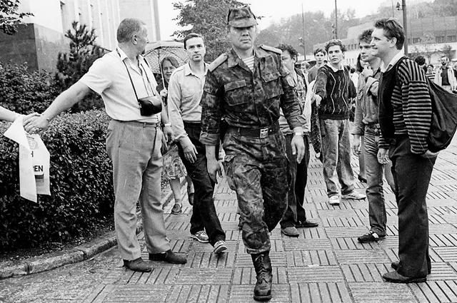 Генерал Александр Лебедь направляется на защиту «Белого дом» 20 августа 1991 года.