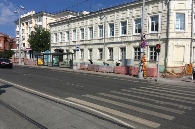 На противоположной стороне пешеходам оставили узкую полосу вдоль проезжей части