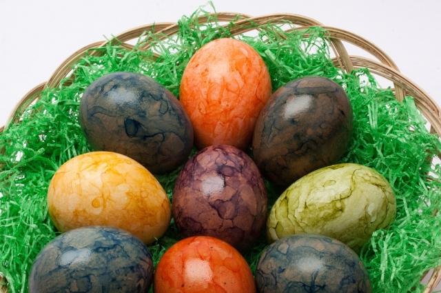 Своими руками можно придать яйцу эффект мрамора.