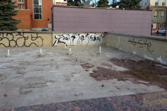 Неработающий фонтан на площади двух фонтанов