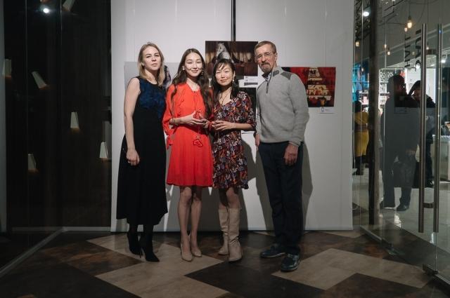 Художницы с владельцами галереи - Виктором и Ольгой Бронштейн.