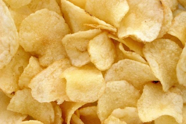 Классика - картофельные чипсы.