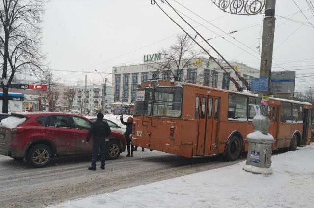 Троллейбус №5 столкнулся с двумя легковыми автомобилями – Chevrolet Niva и Mazda CX-5.
