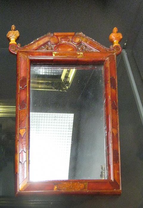 Зеркало. Кёнигсберг. 1700—1705. Государственный Эрмитаж. Вместе с Янтарной комнатой было подарено Фридрихом Вильгельмом I Петру Великому во время его пребывания в Берлине в 1716 году.