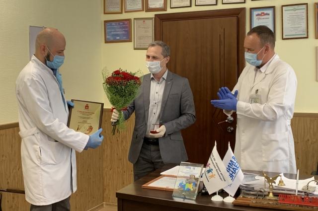 Поздравить детского хирурга приехал заместитель министра края.