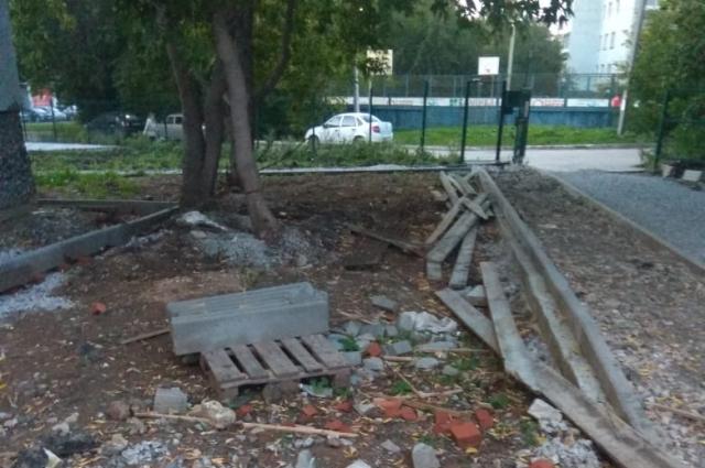 В начале сентября двор выглядел разбитым