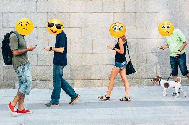 В смартфоне человек может искать хорошие для себя новости, чтобы забыть о проблеме и на время отложить её решение.