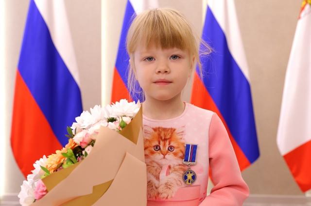 Ксения Берсенева спасла от огня маленького брата.