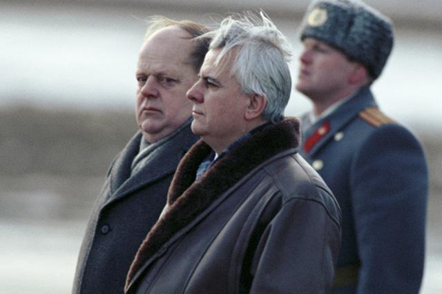 Леонид Кравчук и Станислав Шушкевич в аэропорту Минска. Встреча глав государств - членов СНГ, 1991 год