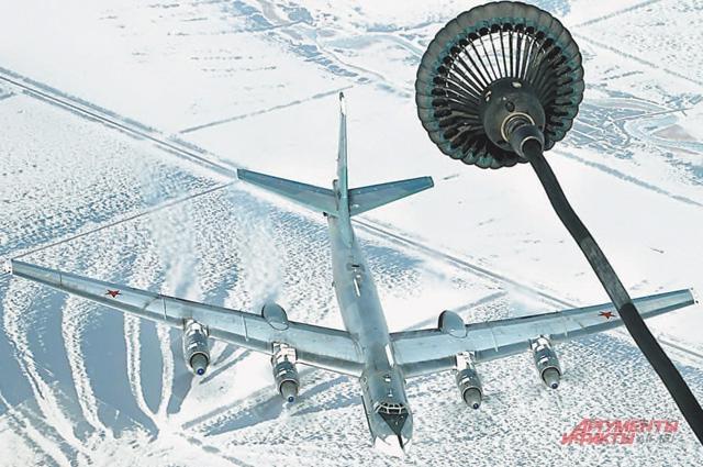 Стратегический бомбардировщик подкрадывается к шлангу самолёта-заправщика