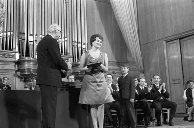 Певица Тамара Ильинична Синявская получает первую премию на IV Международном конкурсе имени П.И. Чайковского в Московской государственной консерватории имени П.И. Чайковского. 2-25 июня 1970 года