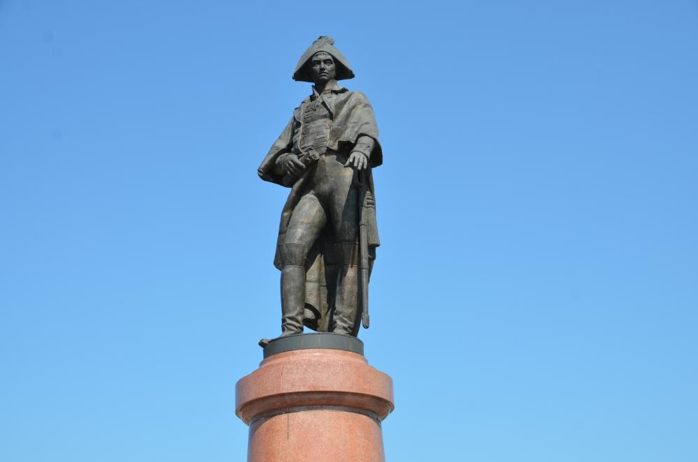 Памятник Николаю Резанову.