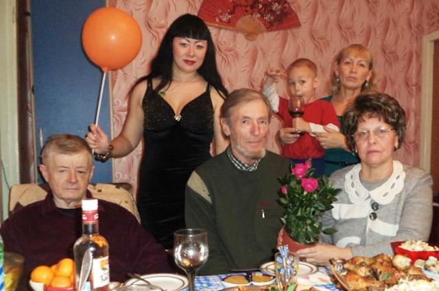 Родные Анны Кошевой собираются в доме её бабушки и дедушки.