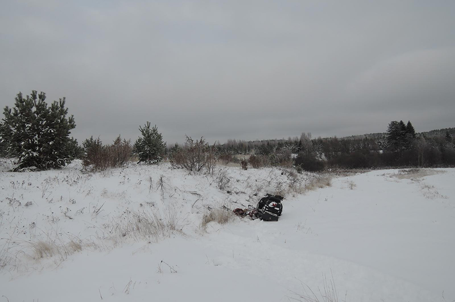Водитель снегохода не справился с управлением.
