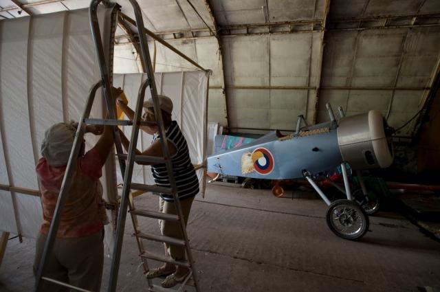 Энтузиасты воссоздают старинные самолеты и аэропланы.