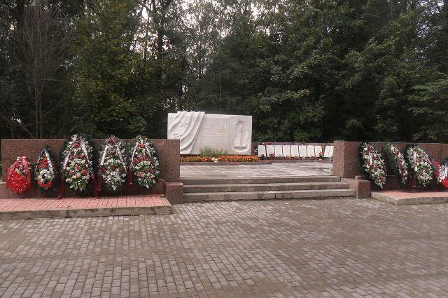 Так выглядит мемориал на Серафимовском кладбище.