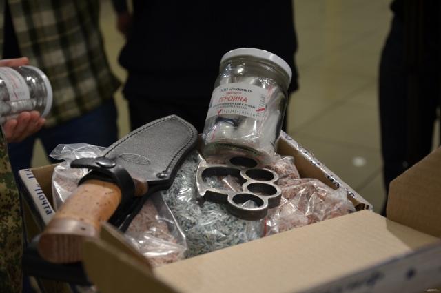 Потенциальные «контрабандисты» пытались при себе пронести «закладки», холодное оружие и валюту.