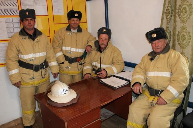 На каждом посту службу несут по 3-4 добровольца.