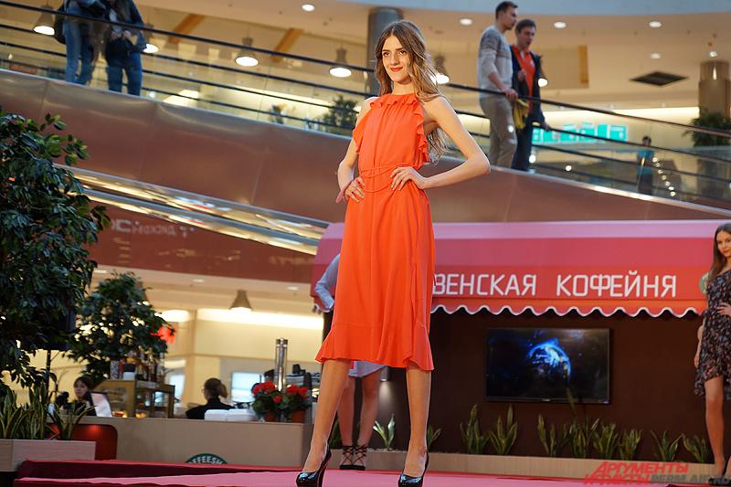В рамках «визитки» все девушки продефилировали по красной ковровой дорожке в летних нарядах.