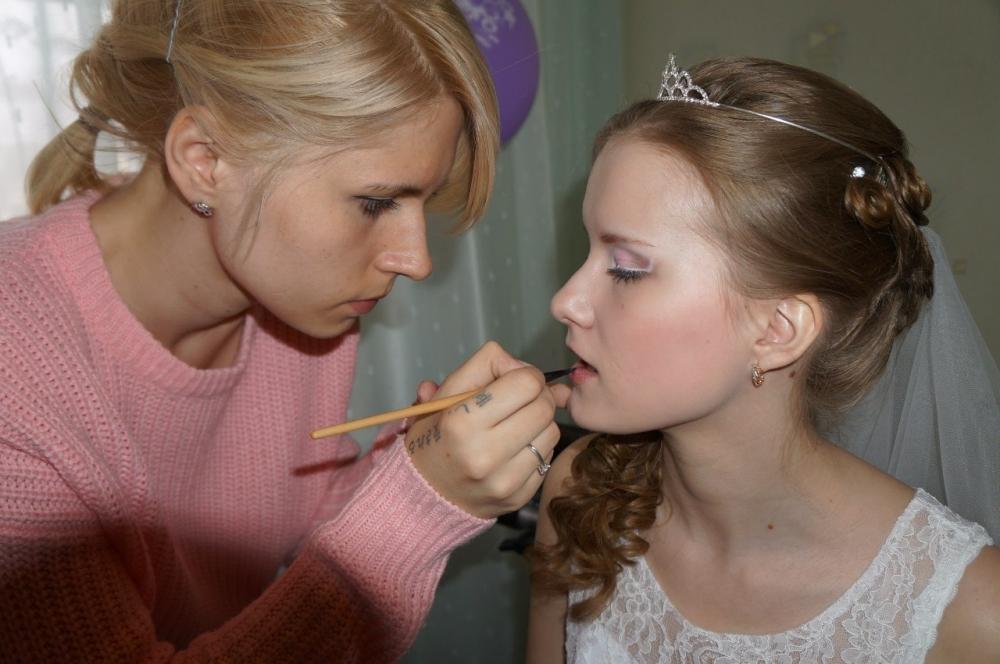 Визажизт советует доверить макияж профессионалу.