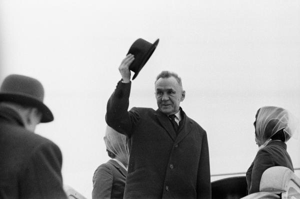 Председатель Совета Министров СССР Алексей Косыгин в аэропорту Внуково во время отбытия из Москвы в Иран, 1968 год