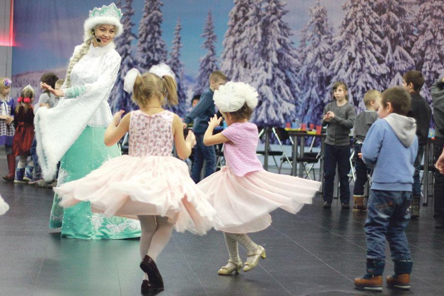 Дети активно включились в игры со Снегурочкой.